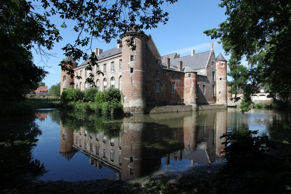 le château d'Esquelbecq et son miroir d'eau