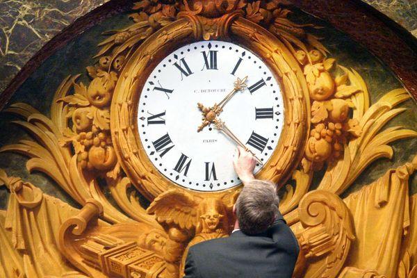 Changement d'heure sur l'une des horloges du château de Versailles
