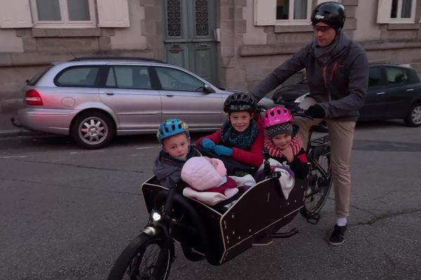 Toute la petite famille en route pour l'école