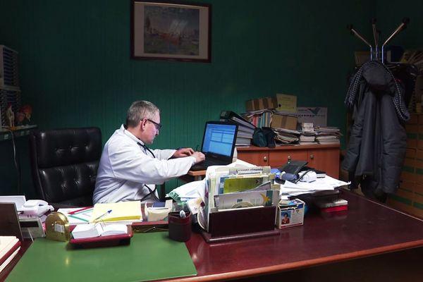 A Vesoul, Etienne Spitz dénonce l'usage de la télémédecine.