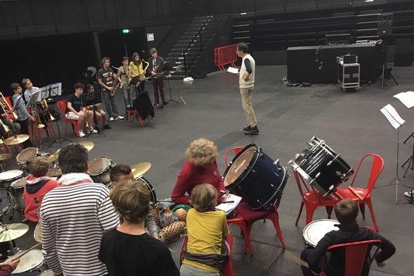 Dernière ligne droite pour la fanfare des enfants du boucher, en pleine répétition à L'Autre Canal.