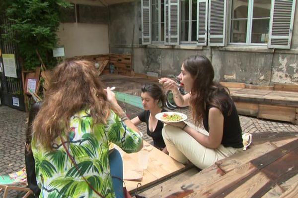 Les repas sont servis dans l'ancien bâtiment des Archives municipales jusqu'au 20 août