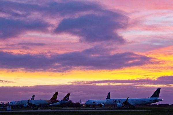 Ces Airbus des compagnies Air Asia, Capital Airlines, Sky Airline sont flambants neufs. Leurs livraisons repoussées en raison du Covid, ils étaient stockés sur l'aéroport de Châteauroux à Déols (Indre) lors de la prise de cette photo le 29 octobre 2020.