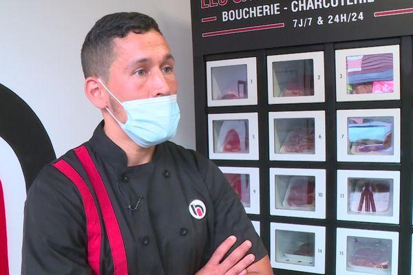 Oussama Saaida, gérant de la boucherie à Borderouge vient d'investir dans un distributeur à viande ouvert 24heures sur 24.