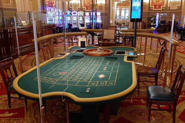 À Monaco, les joueurs seront séparés par des plaques de plexiglass et n'auront pas le droit de tenir les cartes en main.
