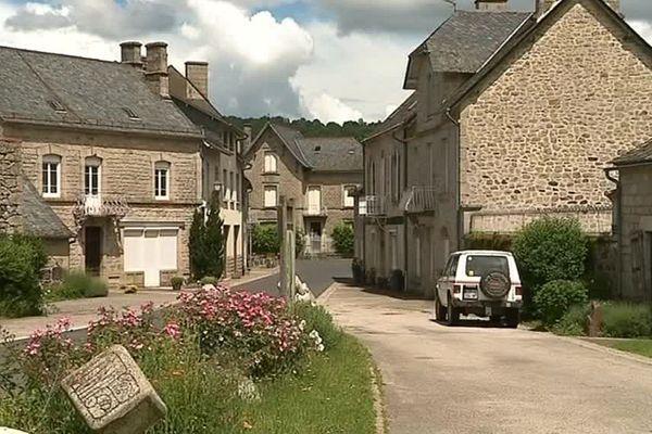 Le bourg pittoresque de Menet (Cantal), traversé par la rue de Valette et Trizac.