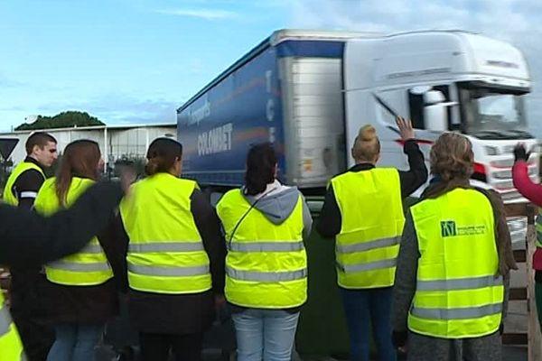 Les gilets jaunes bloquent depuis plus d'un mois l'entrée à la zone industrielle de Saint-Cézaire, dans le Gard - 18 décembre