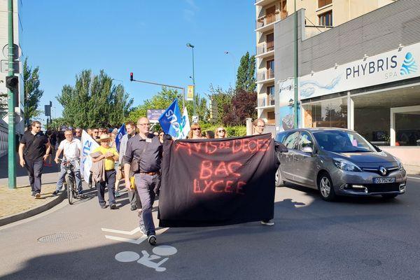 Après une première action devant le lycée Marc Chagall, les manifestants se sont dirigés vers l'établissement Georges Clémenceau.