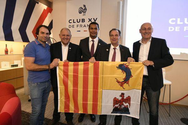 L'accord a été signé ce vendredi à Tokyo en présence (de gauche à droite) de Christophe Dominici (ancien joueur du RCT), Henri Mondino (Président de la Ligue Sud de Rugby), Thierry Dusautoir (ancien capitaine du XV de France), Renaud Muselier (Président de la Région Sud) et Bernard Laporte (Président de la Fédération Française de Rugby).