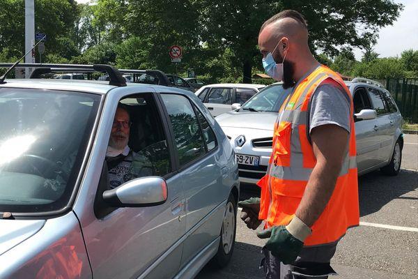 Les agents de l'Eurométropole veillent à ne pas laisser entrer plus de cinq voitures en même temps, pour que les règles de distanciation physique soient respectées sur le site.