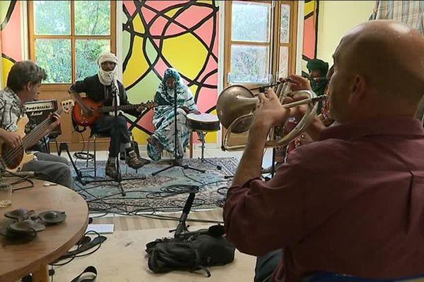 Le groupe franco malien Imidiwen en répétition au hameau de Salagosse, dans les Cévennes