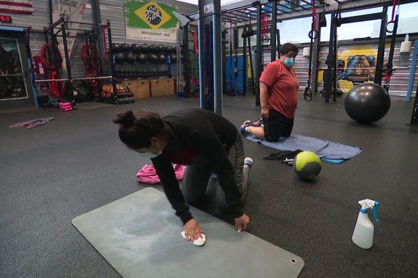 Port du masque, nettoyage du matériel, les gestes barrières sont respectés à la salle de sport QG Training de Montataire