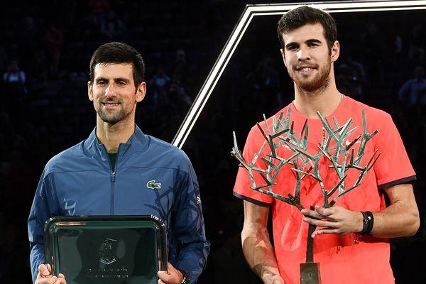 Novak Djokovic (à gauche) et Karen Khachanov (à droite), vainqueur du Masters 1000 de Paris.
