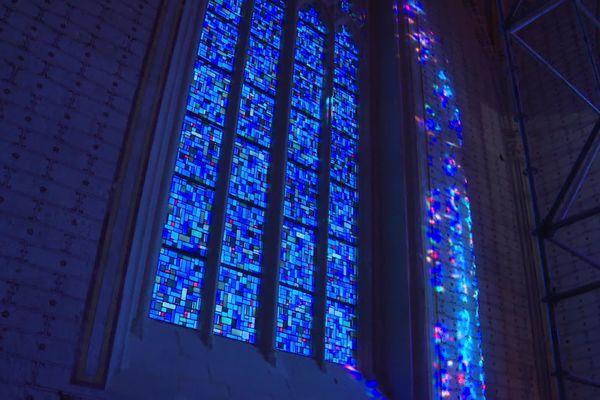 Les vitraux tout juste posés illuminent le choeur de l'Abbatiale de St-Amant-de-Boixe en Charente.