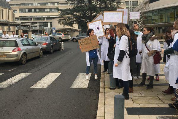Mobilisation des internes grévistes mardi 10 décembre 2019 devant le Centre hospitalier Bretonneau à Tours