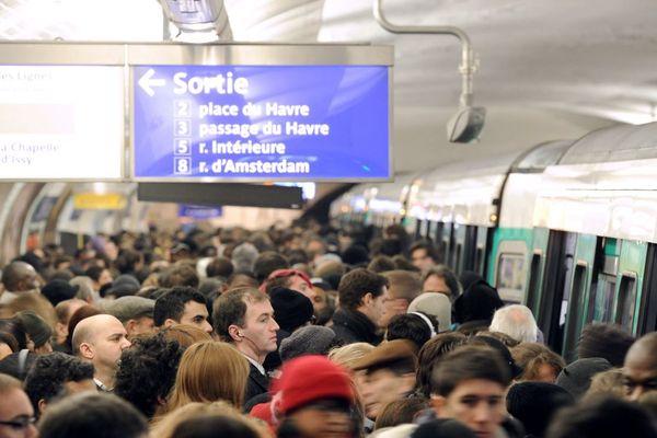 Des passagers tentant de se frayer un chemin sur le quai de la station Saint-Lazare sur la ligne 13, réputée pour ses trains bondés en heures de pointe.