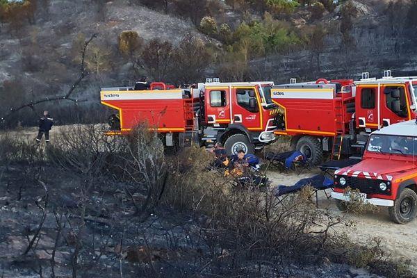 Les pompiers ont alterné phases de repos et de surveillance toute la nuit près de Montirat dans l'Aude.