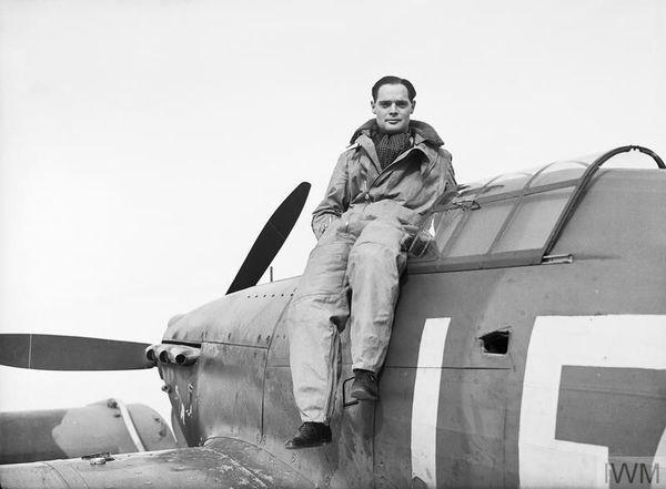 Douglas Bader (242 Squadron) photographié le 26 septembre 1940 sur son Hurricane. Amputé des deux jambes après un accident d'avion en 1931, il était équipé de prothèses pour marcher et piloter.