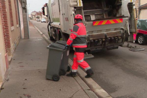 """Ils sont les """"équipiers de collecte"""", un rippeur qui récupère les bacs à ordures, et un chauffeur."""