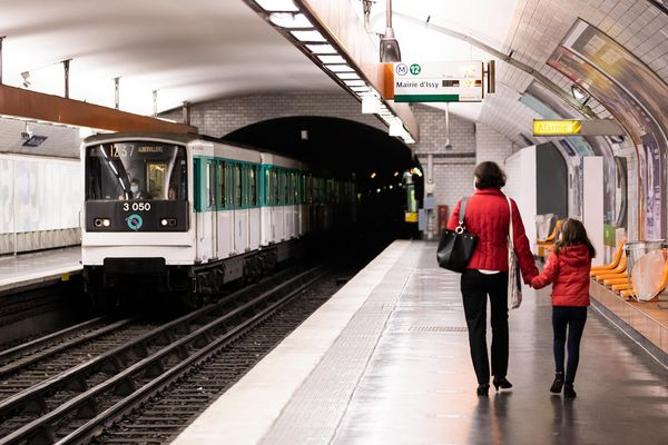 A Paris, les transports en commun sont gratuits pour les jeunes jusqu'à 18 ans.