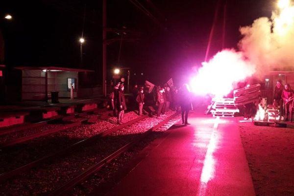 Des manifestants ont bloqué les voies entre Caen et Lisieux et entre Caen et Lison, entrainant des retards de train ce mardi matin.