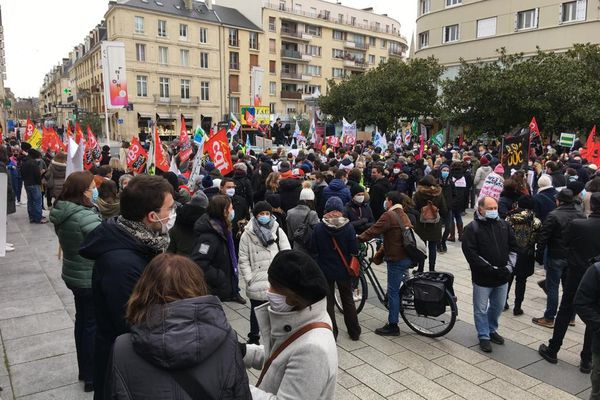 Près de 500 personnes à Caen, profs de lycée et de collège, ont défilé. Les infirmières scolaires étaient à leur côté