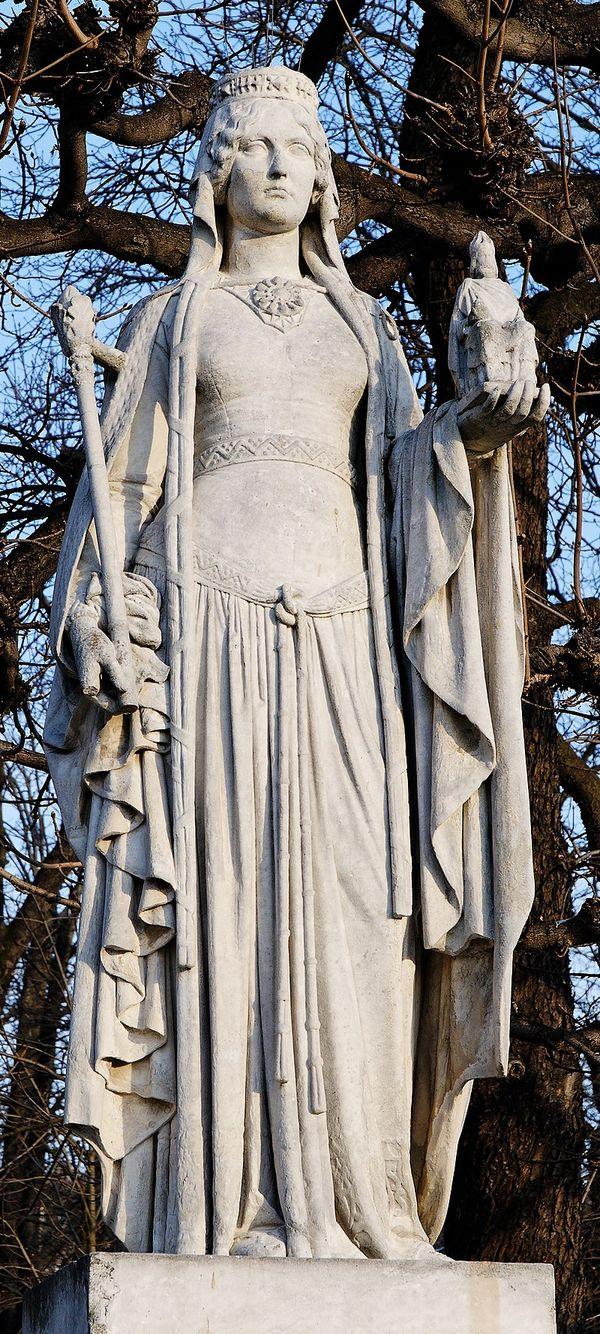 Berthe de Laon fait partie des 20 statues de reines de France et de femmes illustres qui entourent le bassin du palais du Luxembourg.