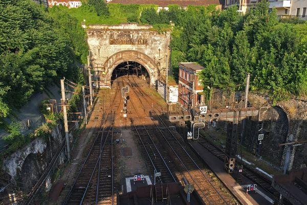 Extrémité des quais de la gare de Rouen avec l'entrée du tunnel vers Paris