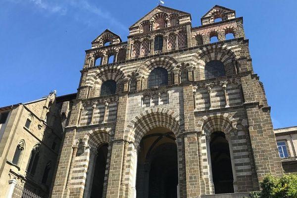 Au Puy-en-Velay, la messe célébrée en la cathédrale Notre-Dame du Puy sera retransmise chaque jour en direct sur Facebook.