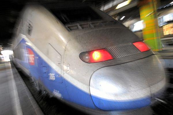 Lundi 22 avril 2013 Jean-Louis Bianco et Jacques Auxiette remettent à Jean-Marc Ayrault leurs rapports sur la réforme du système ferrovière