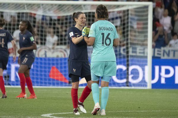 A la fin de France - Norvège, Elise Bussaglia et Sarah Bouhaddi (Olympique Lyonnais) se congratulent