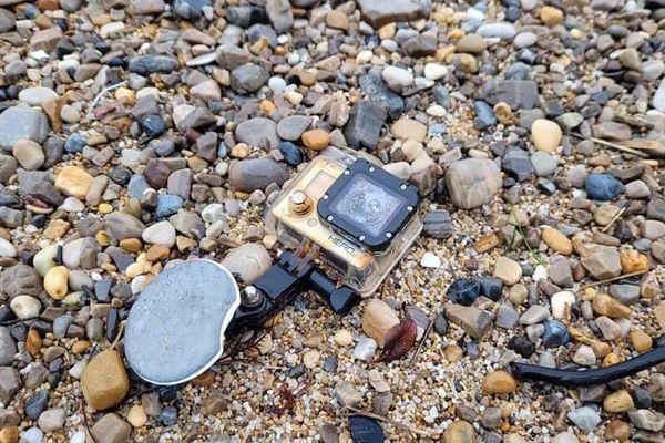 La fameuse caméra trouvée par hasard sur une plage de Bidart. Abîmée, mais la carte mémoire est intacte.