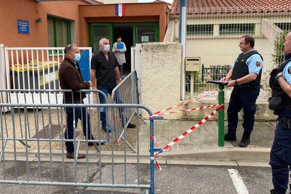 Barrières, rubalise, masques et gendarmes : une drôle de rentrée scolaire à l'école primaire de Saint-Paul-de Fenouillet dans les Pyrénées-Orientales
