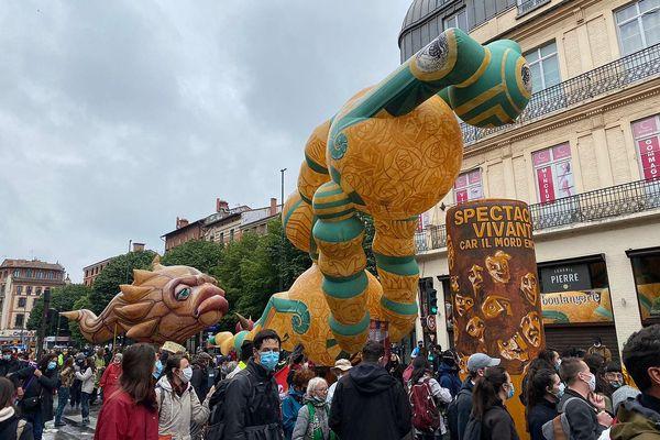 Le spectacle vivant défile également dans les rues de Toulouse.