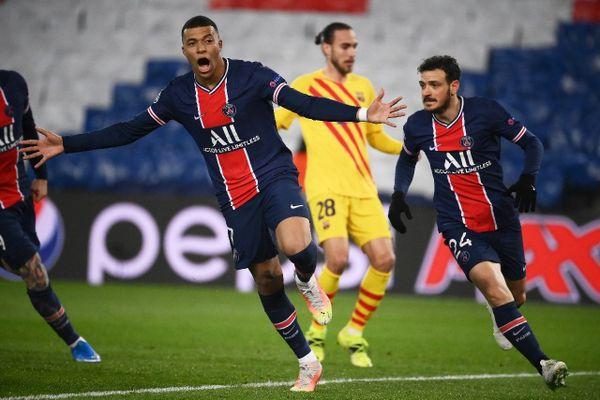 L'attaquant du Paris-SG, Kylian Mbappé, exulte après avoir ouvert le score sur penalty lors du 8e de finale retour de la Ligue des champions contre Barcelone, au Parc des Princes, le 10 mars 2021. (©AFP/FRANCK FIFE)
