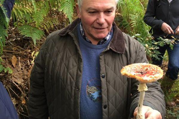 Christain Dupré de la société mycologique de Rouen présente une des espèces présentes en forêt du Rouvray.