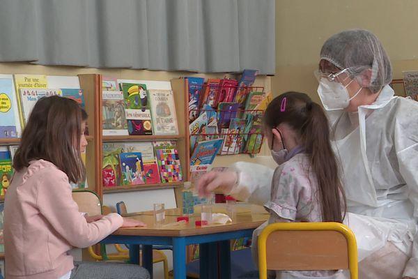 Accélération des tests salivaires à l'école pour éviter des foyers de contaminations.
