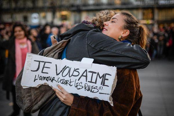 48h après les attentats, l'amour court les rues. 15 novembre 2015, Place de la République à Paris
