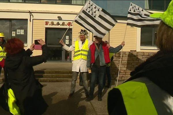 """Ici, les Gilets jaunes de Plougonven parodient """"Retour vers le futur"""" avec Doc et Marty version Bretagne"""
