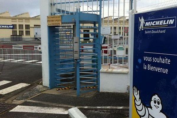Une centaine de salariés de l'usine Michelin à Saint-Doulchard (Cher) ont débrayé jeudi pour réclamer des hausses de salaire et des embauches.