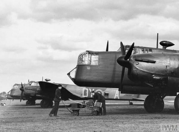 Un bombardier Armstrong Whitworth Whitley du 102 Squadron (au premier plan) photographié en mars 1940 sur l'aérodrome de Driffield.
