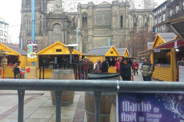 Sur la place de la Victoire, à Clermont-Ferrand, les allées du marché de Noël se remplissaient doucement dans la matinée du 12 décembre.