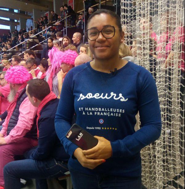 Stella Baudouin, licenciée au Chambray Touraine Handball, avec sa petite soeur à Fleury : qui supporter?