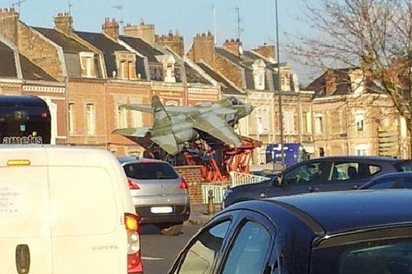 Le Jaguar traverse Amiens