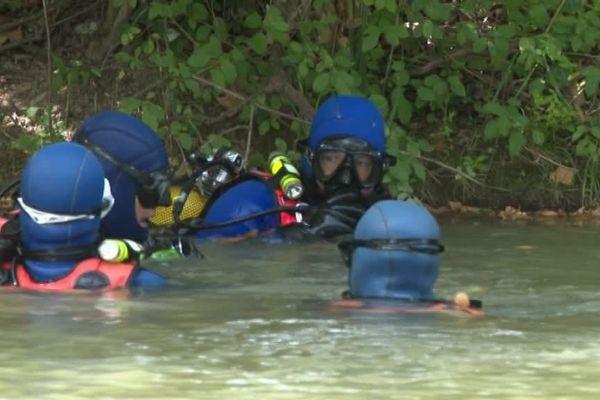 Les plongeurs de la gendarmerie à la recherche du disparu mardi midi à Castanet-Tolosan