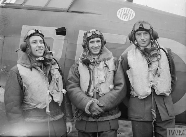 Les pilotes polonais Zdzisław Henneberg et Marian Pisarek entourant John Kent, leader du 303 Squadron, escadron polonais de la Royal Air Force, en octobre 1940.