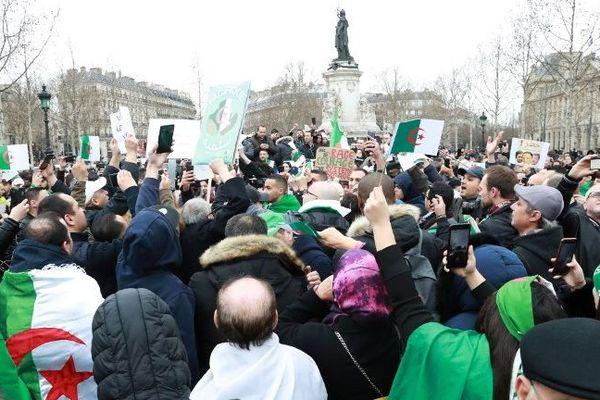 Plusieurs centaines de manifestants se sont rassemblés place de la République pour protester contre un 5e mandat du président Abdelaziz Bouteflika.