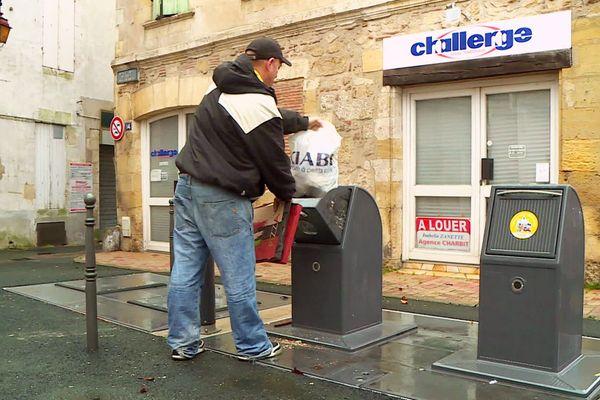 À Bergerac, le maire n'est pas systématiquement opposé aux containers à ordure, surtout dans le centre-ville, mais il soutient les habitants qui ont des difficultés avec l'arrêt de la collecte d'ordures à domicile.