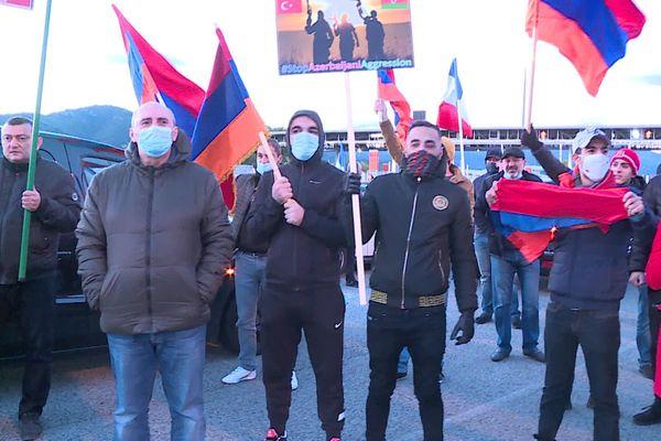 Les manifestants réclament une réaction des autorités françaises et internationales.