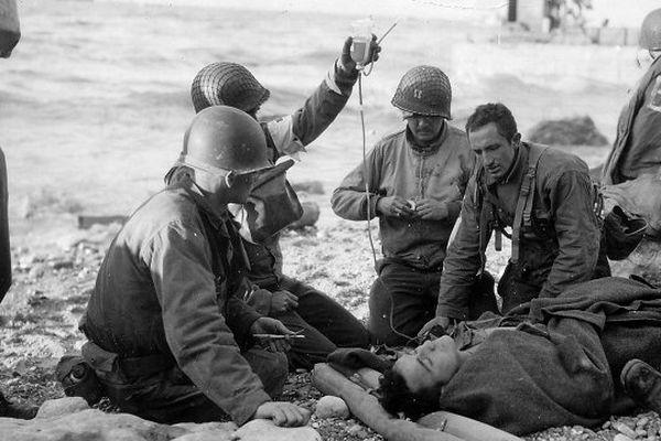 Juin 1944. Les armées alliées débarquent sur les côtes de Normandie. Dans leurs soutes et leurs frigos, des dizaines de milliers de litres d'un liquide précieux et ô combien symbolique : du sang humain.